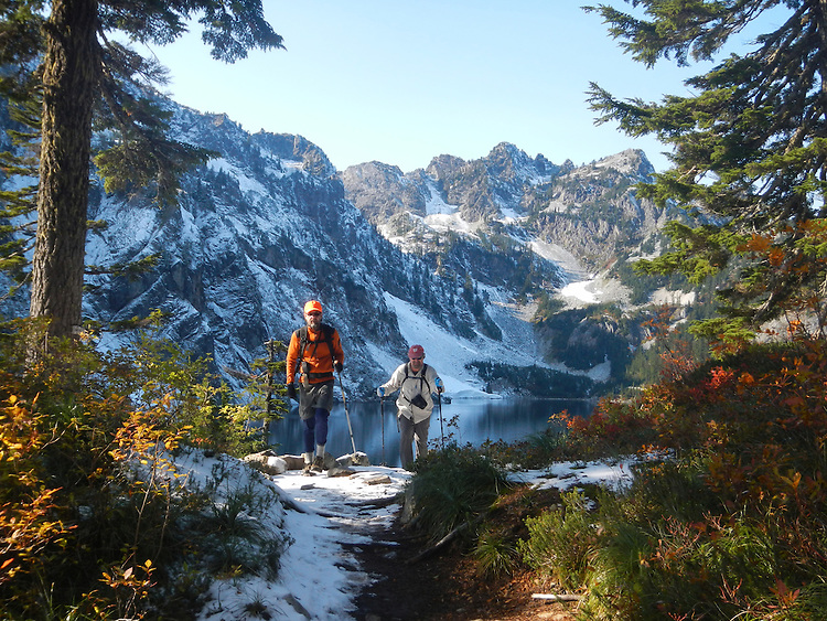 Hikers, Cascade Mountains, Snow Lake Trail, Snow Lake, Chair Peak, Alpine Lakes Wilderness Area, Mount Baker-Snoqualmie National Forest, Washington State, Pacific Northwest, model released, David Lotz, Gary Parker,.