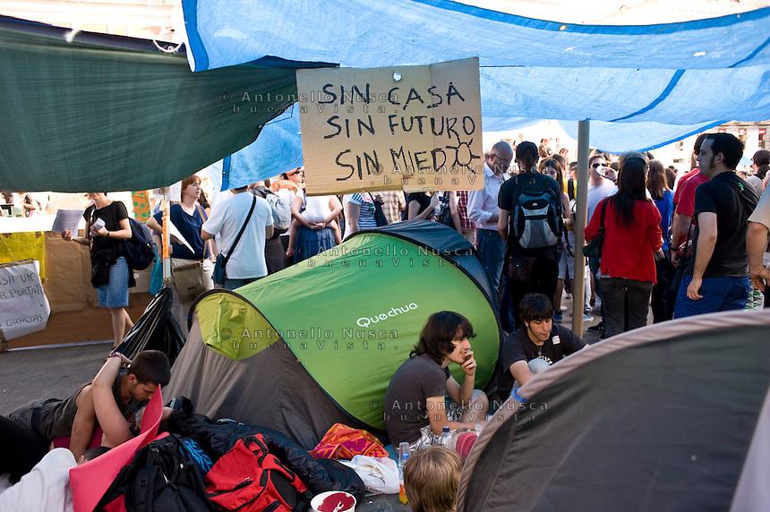 Los Indignados, the Spanish youth movement, continue demonstrating against unemployment and mainstream politics..Los Indignados continuano la loro protesta in Plaza del Sol a Madrid.