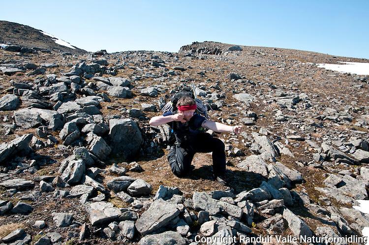 """Mann har funnet rester etter gammel fangstinnreting for jakt på rein; """"bågåstille"""". ---- Old position for hunting reindeer."""