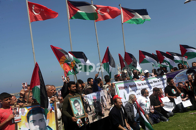 Palestinian and foreign activists protest against the kidnapping and killing of Italian human rights activist Vittorio Arrigoni by a Salafist group of radical Islamist at the port in Gaza City, on April 15, 2013. Photo by Ashraf Amra