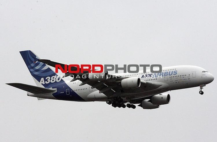 LANDEANFLUG AIRBUS A380 AUF DEN FLUGHAFEN FRANKFURT, DIE MASCHINE KOMMT VON EINEM TESTFLUG AUS NEW YORK ZUR&lsaquo;CK, UNTER REALSITISCHEN BEDINGENEN MIT 500 PASSAGIEREN AN BORD<br />  <br /> <br /> <br /> Foto: &copy; nph ( nordphoto  )