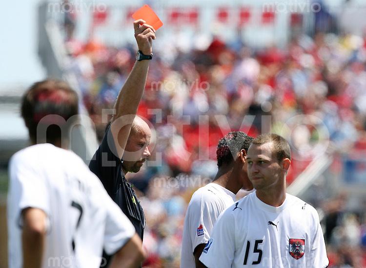 Fussball International U 20 WM  Oesterreich vs Chile Schiedsrichter Martin HANSSON (SWE) zeigt Michael MADL (AUT, r) die Rote Karte.