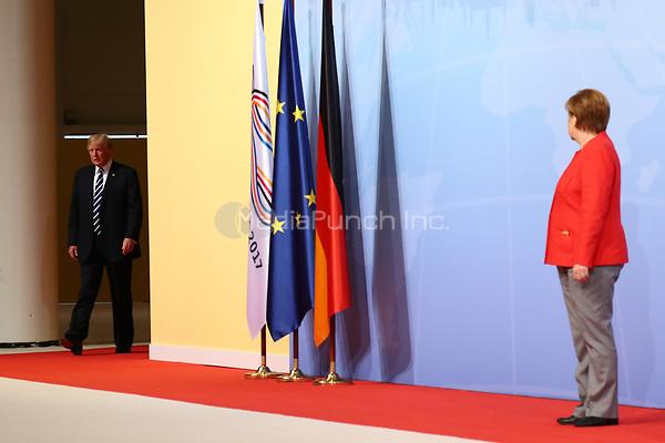 Bundeskanzlerin Angela Merkel begrüßt Donald Trump, Präsident der USA, am 07.07.2017 in Hamburg beim G20-Gipfel. Am 07. und 08. Juli kommen in der Hansestadt die Regierungschefs der führenden Industrienationen zum G20-Gipfel zusammen. Foto: Christian Charisius/dpa /MediaPunch ***FOR USA ONLY***