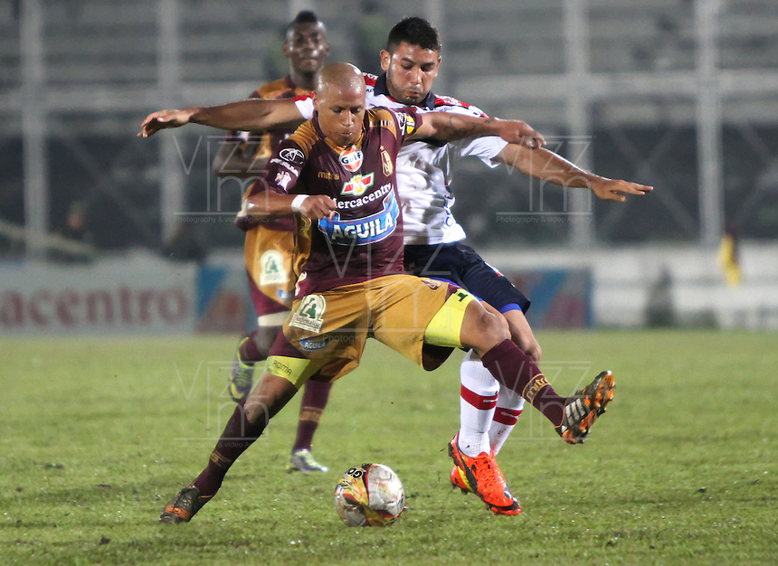 IBAGUE -COLOMBIA,19-NOVIEMBRE-2014. Hector Acuna  (Izq)    del Deportes Tolima   disputa el balon con Julian Guillermo del Independiente Medellin  . Partido por la 2 fecha de los cuadrangulares semifinales  de la Liga Postobón 2014- II , jugado en el estadio Manuel  Murillo Toro de la ciudad de Ibague./  XXXX (L) of Tolima dispute the ball withJulian Guillermo  of  Independiente Medellin .  Match for the 2th date time in the semifinals homers Postobón II League 2014, played at the Manuel Murillo Toro stadium in Ibague city.Photo / VizzorImage / Felipe Caicedo  / Staff