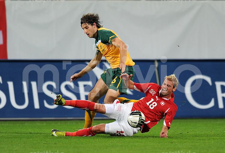 FUSSBALL NATIONALMANNSCHAFT  SAISON 2010/2011    Schweiz - Australien, Freundschaftsspiel       03.09.2010 Matthew SPIRANOVIC (li, Australien) gegen Albert BUNJAKU (re, Schweiz)