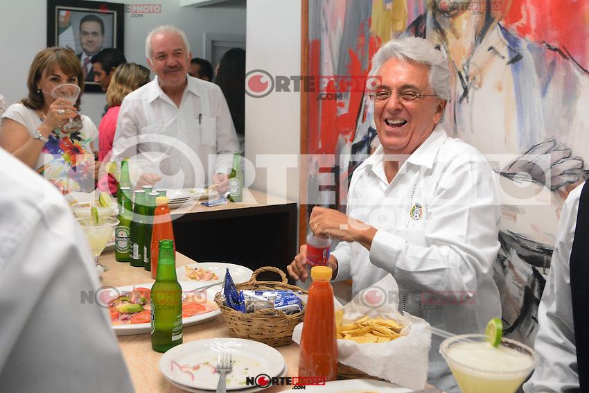 Justino Compe&aacute;n  convive con el Chango Moreno, actual jugador del equipo Tiburones Rojos de Veracruz, Le dio  tips de como ser un buen jugador .Disfritando de un ceviche y uan cerveza<br /> <br /> En Boca del Rio  Veracruz el 11 Marzo 2014.<br /> <br /> &copy;WilberVazquez/NortePhoto