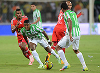 MEDELLIN -COLOMBIA-9 -NOVIEMBRE-2014. Oscar Murillo de Atletico Nacional disputa el balon con  Raul Loaiza Patriotas FC   durante partido de la  18  fecha  de La Liga Postob—n 2014-2. Estadio Atanasio Girardot . / Oscar Murillo of  Atletico Naciona fights for the ball with  Raul Loaiza  Patriots FC during party 18 La Liga Postob—n date 2014-2. Atanasio Girardot Stadium  Stadium. Photo: VizzorImage / Luis Rios  / Stringer