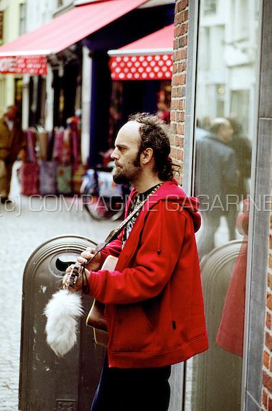 Street musician in the Melkmarkt in the centre of Antwerp (Belgium, 15/05/2007)