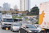 SAO PAULO, SP, 27 DE DEZEMBRO 2012 - ACIDENTE TRANSITO - CAMINHAO DE ADUBO TOMBAMENTO -  Um  caminhao carregado de adubo tombou no Complexo Viário - Escola de Engenharia Mackenzie sentido Av Tancredo Neves, no bairro do Sacoma na regial sul da capital paulista, na manha desta quinta-feira, 27.  ADRIANO LIMA / BRAZIL PHOTO PRESS..