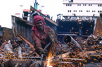 INDIA Mumbai, ship breaking yard in harbour / INDIEN Mumbai, Schiffsabwrackwerft im Hafen
