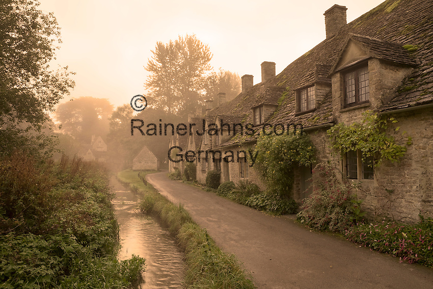 Grossbritannien, England, Gloucestershire, Bibury: Arlington Row im Morgennebel | Great Britain, England, Gloucestershire, Bibury: Arlington Row in dawn fog. (National Trust owned cottages).