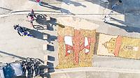 PIRACICABA,SP,15.06.2017 - CORPUS-CHRISTI - Fieis durante montagem dos tapetes ornamentais da Festa de Corpus Christi da Paróquia Imaculado Coração de Maria, bairro Paulicéia, na cidade de Piracicaba no interior de São Paulo nesta quinta-feira, 15. (Foto: Mauricio Bento / Brazil Photo Press)