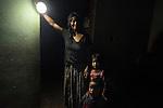 25 noviembre 2014. Mar&iacute;a Dolores Caal, de 50 a&ntilde;os, y su marido Ramiro Sierra, de 50, viven en Chacalt&eacute; (Cob&aacute;n, Guatemala), una peque&ntilde;a aldea que est&aacute; muy cerca de la hidroel&eacute;ctrica Renace pero no tiene luz ni en calles ni en casas. Esta matrimonio tiene que utilizar bombillas solares. Tienen dos hijos: Flor de Mar&iacute;a, de 5 a&ntilde;os, y Essau, de dos. En Cob&aacute;n (Guatemala) la hidroel&eacute;ctrica espa&ntilde;ola Renace se ha instalado con amenazas a la poblaci&oacute;n y falsas promesas de desarrollo para la zona. La compa&ntilde;&iacute;a tambi&eacute;n ha prohibido el acceso al r&iacute;o Cahab&oacute;n para miles de personas y no ha respetado la estrecha relaci&oacute;n de los indios mayas con el medio ambiente. Renace es una empresa guatemalteca, pero ha dado el contrato de la construcci&oacute;n de la hidroel&eacute;ctrica a la empresa espa&ntilde;ola Cobra (FCC). El proyecto ha dividido a la poblaci&oacute;n entre partidarios y detractores. &copy;Calamar2/ Pedro ARMESTRE<br /> <br /> <br /> Maria Dolores Caal, 50 years old and her husband Ramiro Sierra, 52 years old, live in Chacalt&eacute; (Cob&aacute;n, Guatemala), a small village that it is very close to the hydroelectric Renace but it has no electricity. They have to use solar bulbs. They have two children: Flor de Mar&iacute;a, 5 years old, and Esau, two years old. The arrival of foreign companies to Latin America has provoked abuses of the rights of indigenous people and repression of their defense of the environment. In Coban, in Guatemala, the hydroelectric Renace has been installed with threats to the population and false promises of development for the area. The company has also forbidden the access to the river for thousands of people and has no respected the close relationship of the Maya Indians with environment. Renace is a Guatemaltecan company but has given the contract of the  construction of the hydroelectric to the spanish compan