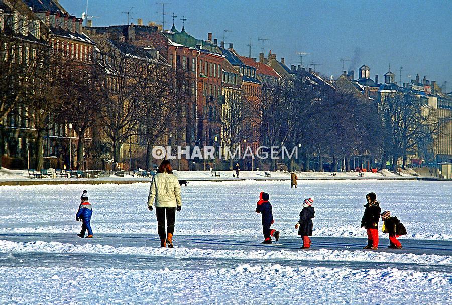 Crianças brincam no gelo. Compenhage, Dinamarca. 1985. Foto de Juca Martins.