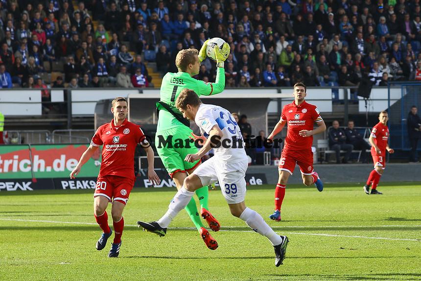 Torwart Jonas Loessl (1. FSV Mainz 05) haelt gegen Sven Schipplock (SV Darmstadt 98)- 11.03.2017: SV Darmstadt 98 vs. 1. FSV Mainz 05, Johnny Heimes Stadion am Boellenfalltor