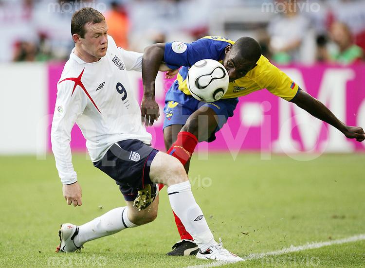 Fussball WM 2006   Achtelfinale   England - Ecuador Wayne ROONEY (li, ENG) gegen Neicer REASCO (re, ECU)