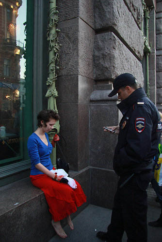 Performance der Aktionsk&uuml;nstlerin Kado gegen den Kurs der russ. Regierung in St. Petersburg am 05.09.2014 <br /> Ihr Text:  &quot;Russia's scream&quot;<br /> <br /> This is my Motherland. Blinded, insane, screaming in agony.She doesn't know the way she goes, but she's sure everyone should be<br /> frightened of her, because her hands are stained with blood - though<br /> it's her own blood mostly...<br /> When she falls it turns out that no one wants to reanimate her but a<br /> drunk tramp.<br /> And don't you think that only the government have bloody hands - all<br /> the people who tried not to hear the scream all along will never be<br /> able to clear themselves of this blood.