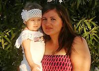 Licola ( giugliano di Napoli )<br /> Un uomo  ha ucciso la moglie e la figlia di 4 anni a colpi d'ascia <br /> nella foto le due vittime  la piccola  Katia con la mamma Marina<br /> foto da facebook