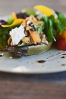 Europe/France/Provence-Alpes-Côte d'Azur/13/Bouches-du-Rhône/Env d'Arles/Le Sambuc: Aubergine au brousse du Rove et  Tomate green zebra, recette d' Armand Arnal  du Restaurant Bio: La Chassagnette