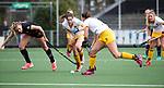 AMSTELVEEN - Hockey - Hoofdklasse competitie dames. AMSTERDAM-DEN BOSCH (3-1) . Anouk Lambers (A'dam) met Marloes Keetels (Den Bosch)    COPYRIGHT KOEN SUYK