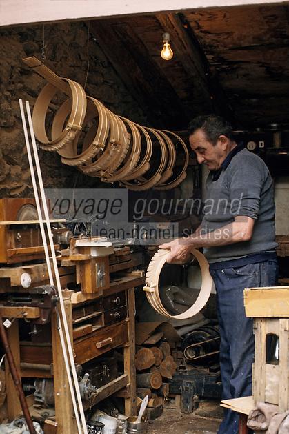Europe/France/Midi-Pyrénées/09/Ariège/Couserans/Ayet: Fabrication des moules à fromages de Bethmale [Non destiné à un usage publicitaire - Not intended for an advertising use]<br /> PHOTO D'ARCHIVES // ARCHIVAL IMAGES<br /> FRANCE 1990