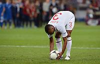 FUSSBALL  EUROPAMEISTERSCHAFT 2012   VIERTELFINALE England - Italien                     24.06.2012 Ashley Cole (England) legt sich den Ball zurecht
