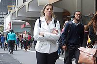 SÃO PAULO, SP, 11.05.04.2015 - CLIMA-SP - Vista da Avenida Paulista sob garoa fina próximo ao MASP, nesta segunda-feira, 11. Dados das estações meteorológicas automáticas do CGE aferem a média de 19°C. A máxima prevista para hoje é de 22°C. Durante o dia os percentuais de umidade relativa do ar devem variar entre 50% e 95%. (Foto: Kevin David / Brazil Photo Press).