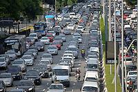 SÃO PAULO, SP, 19.11.2015 – TRÂNSITO-SP: Trânsito na Av. 23 de Maio, próximo ao Parque do Ibirapuera, zona sul de São Paulo na tarde desta quinta feira, véspera de feriado prolongado. (Foto: Levi Bianco/Brazil Photo Press)