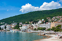 Croatia, Kvarner Gulf, Opatija: centre with Slatina Beach, Grand Hotel Palace and dome of church of the Annunciation | Kroatien, Kvarner Bucht, Opatija: das Zentrum von Opatija mit dem Slatina Beach, dem Grand Hotel Palace und der Kuppel der Kirche Mariae Verkuendigung