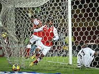 BOGOTA - COLOMBIA -24-02-2013: Carlos Valdés (C)de Independiente Santa Fe anota gol a Julián Viafara (Der.), portero del Deportes Quindío durante partido por la Liga de Postobon I en el estadio Nemesio Camacho El Campín en la ciudad de Bogotá, febrero 24, 2013. (Foto: VizzorImage / Luis Ramírez / Staff). Carlos Valdes (C)ofIndependiente Santa Fe scored a gaol to Julian Viafara (R)goalkeeper of Deportes Quindio during a match for the Postobon I League at the Nemesio Camacho  El Campin stadium in Bogota city, on February 24, 2013, (Photo: VizzorImage / Luis Ramírez / Staff)