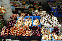 Bancarelle di frutta e verduto in un mercatino all'aperto..Stalls of fruit and vegetable in an outdoor marketplace.....