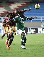 CALI - COLOMBIA -10-04-2014: Carlos Rivas (Der.) jugador de Deportivo Cali disputa el balón con Breiner Bonilla (Izq.) jugador de Deportes Tolima durante  partido Deportivo Cali y Deportes Tolima por la fecha 16 de la Liga Postobon I 2014 en el estadio Pascual Guerrero de la ciudad de Cali. /  Carlos Rivas (R) player of Deportivo Cali fights for the ball with Breiner Bonilla (L) player of Deportes Tolima during a match between Deportivo Cali and Deportes Tolima for the date 16th of the Liga Postobon I 2014 at the Pascual Guerrero stadium in Cali city. Photo: VizzorImage / Luis Ramirez / Staff.