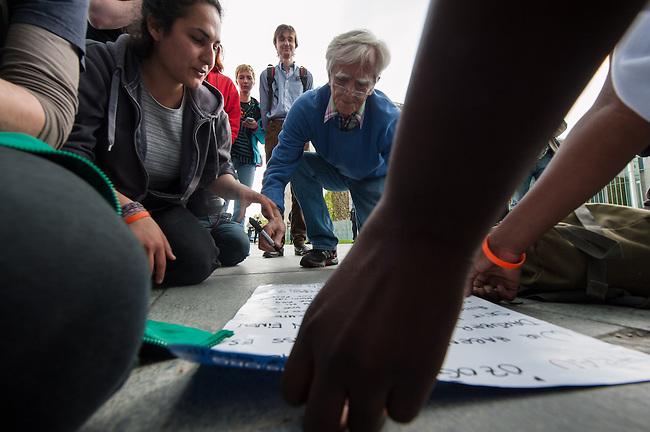 Pressekonferenz von Fluechtlingen die u.a. seit ueber 10 Tagen auf dem Oranienplatz in Berlin Kreuzberg einen Hungerstreik durchfuehren zusammen mit Fluechtlingen aus der, besetzten Schule in Berlin-Kreuzberg und einer Dauermahnwache vor dem Sitz der Europaeischen Kommision am Brandenburger Tor.<br /> Die Fluechtlinge erklaerten der Presse den Stand des Hungerstreiks und warben fuer einen Fluechtlingsprotestmarsch von Strassbourg nach Bruessel im Juni.<br /> Anschliessend zogen sie mit einer Demonstration zum Kanzleramt um dort mit der Beauftragten der Bundesregierung fuer Migration, Fluechtlinge und Integration im Bundeskanzleramt, Aydan Oezoguz , um einer Termin zu bekommen.<br /> Sie stellten in Aussicht, das dabei Hungerstreik beendet werden koennte. Da die Ministerin nicht im Haus war, schrieben die Fluechtlinge einen Brief an sie, der u.a. auch vom MdB Christian Stroebele (B90/Gruene) mit unterzeichnet wurde. <br /> 23.4.2014, Berlin<br /> Copyright: Christian-Ditsch.de<br /> [Inhaltsveraendernde Manipulation des Fotos nur nach ausdruecklicher Genehmigung des Fotografen. Vereinbarungen ueber Abtretung von Persoenlichkeitsrechten/Model Release der abgebildeten Person/Personen liegen nicht vor. NO MODEL RELEASE! Don't publish without copyright Christian-Ditsch.de, Veroeffentlichung nur mit Fotografennennung, sowie gegen Honorar, MwSt. und Beleg. Konto:, I N G - D i B a, IBAN DE58500105175400192269, BIC INGDDEFFXXX, Kontakt: post@christian-ditsch.de<br /> Urhebervermerk wird gemaess Paragraph 13 UHG verlangt.]