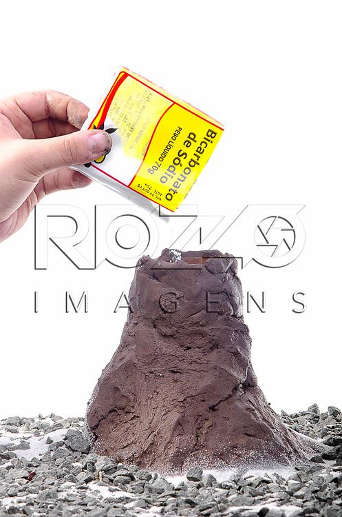 Adicionando o bicarbonato de sódio pela cratera do vulcão, São Paulo - SP, 10/2012.
