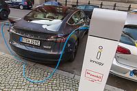 Ein Tesla-Elektroauto an einer Ladestation der Firma innogy in Berlin.<br /> innogy ist eine Tochtergesellschaft des Energiekonzern E.ON.<br /> 17.3.2020, Berlin<br /> Copyright: Christian-Ditsch.de<br /> [NUR FUER REDAKTIONELLE ZWECKE! Werbung nur auf Anfrage beim Fotografen. Inhaltsveraendernde Manipulation des Fotos nur nach ausdruecklicher Genehmigung des Fotografen. Vereinbarungen ueber Abtretung von Persoenlichkeitsrechten/Model Release der abgebildeten Person/Personen liegen nicht vor. NO MODEL RELEASE! Don't publish without copyright Christian-Ditsch.de, Veroeffentlichung nur mit Fotografennennung, sowie gegen Honorar, MwSt. und Beleg. Konto: I N G - D i B a, IBAN DE58500105175400192269, BIC INGDDEFFXXX, Kontakt: post@christian-ditsch.de<br /> Bei der Bearbeitung der Dateiinformationen darf die Urheberkennzeichnung in den EXIF- und  IPTC-Daten nicht entfernt werden, diese sind in digitalen Medien nach §95c UrhG rechtlich geschuetzt. Der Urhebervermerk wird gemaess §13 UrhG verlangt.]