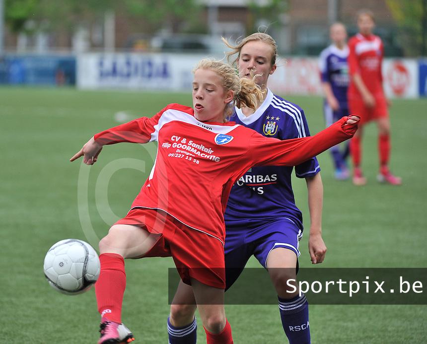 AA Gent Ladies U16 - RSC Anderlecht : Elena Dhont aan de bal voor Iris Paternoster.foto DAVID CATRY / Nikonpro.be