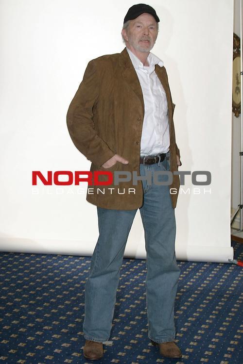 Fotocall zu &quot;Sterne leuchten auch am Tag&quot;, ZDF-Fernsehfilm, Ausstrahlung am 6.Dezember 2004<br /> <br /> Michael Gwisdek, Ganzkoerper, mit Cap,  <br /> <br /> Foto &copy; nordphoto / Volker Sarbach<br />  *** Local Caption *** Foto ist honorarpflichtig! zzgl. gesetzl. MwSt.<br />  Belegexemplar erforderlich<br /> Adresse: nordphoto<br /> Georg-Reinke-Strasse 1<br /> 49377 Vechta