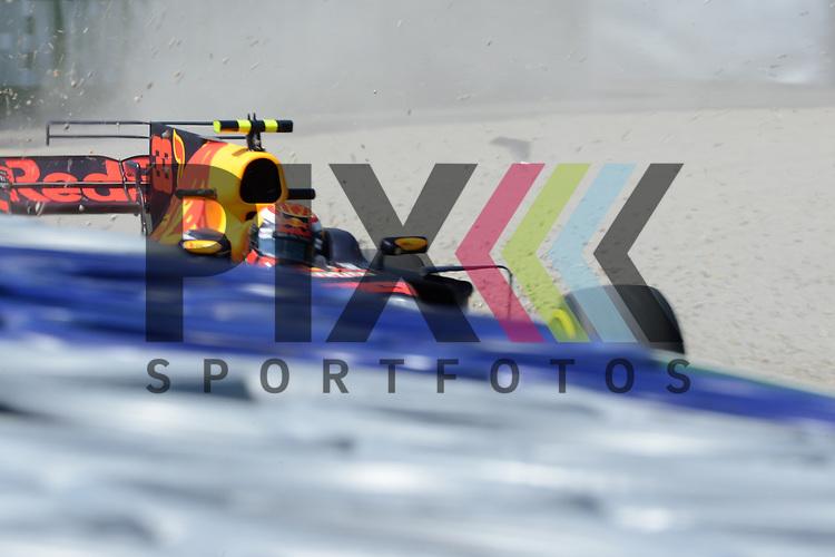Nr.33 Max Verstappen im Red Bull Racing fliegt im ersten Freien Training von der Strecke und muss durchs Kiesbett in Spielberg beim Formel 1 Rennen in Spielberg.<br /> <br /> Foto &copy; PIX-Sportfotos *** Foto ist honorarpflichtig! *** Auf Anfrage in hoeherer Qualitaet/Aufloesung. Belegexemplar erbeten. Veroeffentlichung ausschliesslich fuer journalistisch-publizistische Zwecke. For editorial use only.