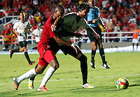 CALI - COLOMBIA - 17-02-2014: Alejandro Peñaranda (Izq) jugador del America disputa el balón con Omel Escalante (Der.) jugador del Bogota FC, durante partido entre America de Cali y Bogota FC, del Torneo Postobon I 2014, jugado en el estadio Pascual Guerrero de la ciudad de Cali. / Alejandro Peñaranda (L) player of America, figths for the ball with Omel Escalante (R) player of Bogota FC, during a match between America of Cali y Bogota FC, of theTorneo Postobon I 2014 in the Pascual Guerrero stadium in Cali City. Photo: VizzorImage / Juan C. Quintero / Str.