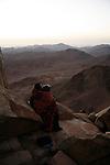 Des centaines de personnes de toutes confessions gravissent le Mont moïse de nuit pour assister au lever du soleil depuis le sommet.Un couple d'amoureux s'isole pour le lever de soleil