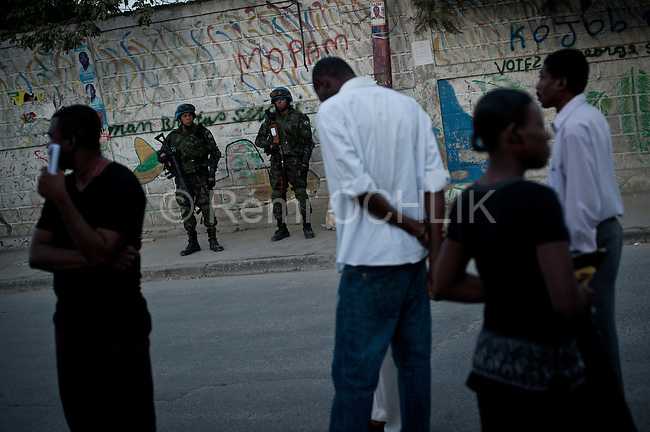 """© Remi OCHLIK/IP3 - Port au Prince on 2010 november 28 - PORT-AU-PRINCE Haiti's elections ended in confusion on Sunday as 12 of the 18 presidential candidates denounced """"massive fraud"""" and called for cancellation of the results as street protests erupted over voting irregularities. Openning of a polling station in an high school in of Port Au Prince"""