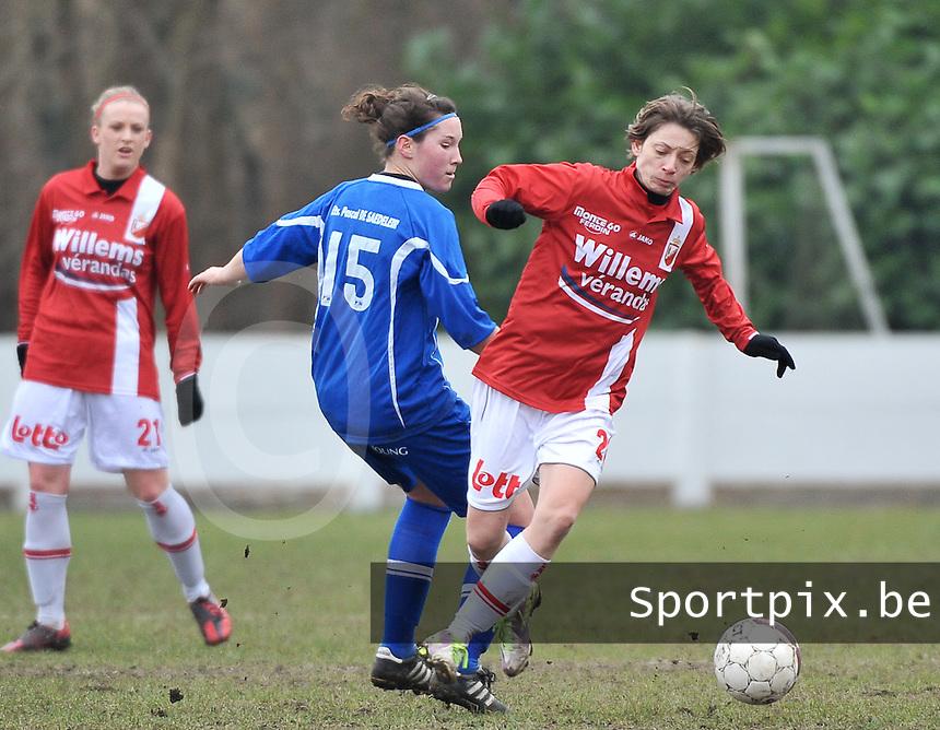 AA Gent Ladies - RAEC Mons : duel tussen Florien Meulewater (links) en Aurore Stellmaszewski.foto Joke Vuylsteke / Vrouwenteam.be