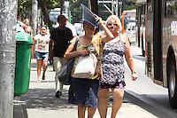 SÃO PAULO, SP, 16.10.2015- CLIMA-SP - Pedestres se protegem do sol na região central de São Paulo na manhã desta sexta-feira, 16. (Foto: Renato Mendes / Brazil Photo Press)