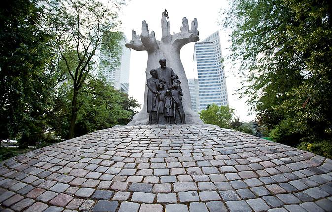 Denkmal für Janusz Korczak, den 1942 deportierten Dierktor des jüdischen Waisenhauses. Zbigniew Wilma hat Denkmal entworfen und es wurde 2006 enthüllt.  /  Janusz Korczak monument in Warsaw. Korczak was director of the jewish orphanage of Warsaw. He and the orphans were deported in 1942 to Treblinka. The monument was designed by Zbigniew Wilma and opened up in 2006