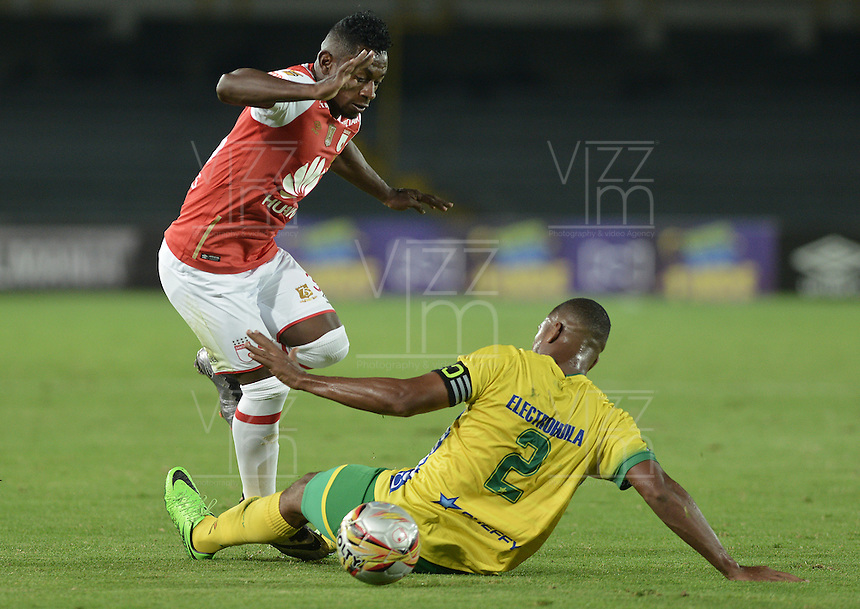 BOGOTÁ -COLOMBIA, 27-03-2016. Pablo Rojas (Izq.) jugador de Santa Fe disputa el balón con Danovis Banguero (Der.) jugador del Huila durante partido aplazado entre Independiente Santa Fe y Atlético Huila por la fecha 8 de la Liga Aguila I 2016 jugado en el estadio Nemesio Camacho El Campin de la ciudad de Bogota.  / Pablo Rojas (L) player of Santa Fe struggles for the ball with Danovis Banguero (R) player of Huila in postponed match between Independiente Santa Fe and Atletico Huila for date 8 of the Liga Aguila I 2016 played at the Nemesio Camacho El Campin Stadium in Bogota city. Photo: VizzorImage/ Gabriel Aponte / Staff