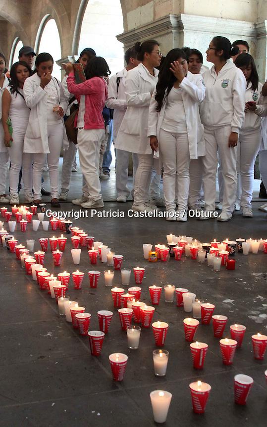 Oaxaca de Ju&aacute;rez, Oax. 13/05/2015.-Con una marcha pac&iacute;fica que parti&oacute; de la fuente de las 8 regiones con destino al z&oacute;calo, y un mitin que ejecutaron frente al palacio de gobierno en exigencia de justicia, estudiantes de la Facultad de Medicina de la Universidad Aut&oacute;noma Benito Ju&aacute;rez de Oaxaca (UABJO) dieron el &uacute;ltimo adi&oacute;s a su compa&ntilde;era Daniela Celaya Rivera, quien falleci&oacute; la noche de ayer despu&eacute;s de d&iacute;as de haberse mantenido en estado muy delicado a causa del impacto que recibiera, cuando el taxi en el que se transportaba fuera embestido por un joven que se encontraba bajo los influjos del alcohol.<br /> <br />  <br /> <br /> Visiblemente tristes, al t&eacute;rmino de su mitin los universitarios dedicaron un minuto de aplausos para la estudiante, y para el joven Yehu Robles Castellanos, quien tambi&eacute;n perdiera la vida en el accidente pero de forma inmediata, as&iacute; mismo colocaron veladoras en la puerta del palacio de gobierno con las que formaron la palabra &ldquo;Justicia&rdquo; y una cruz.