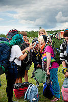 Arriving scouts reading the first number of the camp paper. Photo: Christoffer Munkestam/Scouterna
