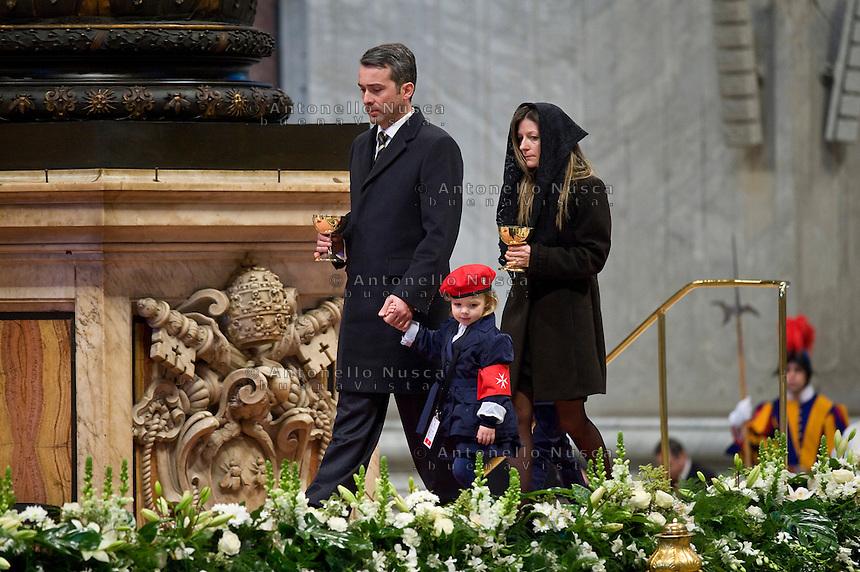 Un Cavaliere di Malta con la sua famiglia durante la messa in Vaticano per il 900° anniversario della fondazione dell'Ordine.  Il Sovrano Ordine di Malta è uno dei pochi Ordini nati nel Medio Evo ed ancora oggi attivi, con  una propria costituzione e un proprio passaporto.