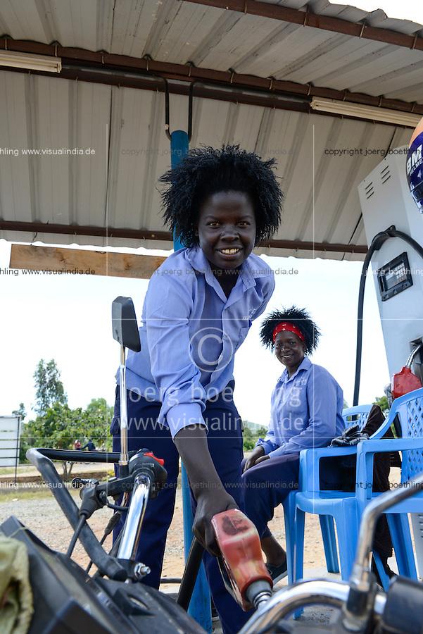KENYA Kisumu, women work at petrol station / KENIA Kisumu, Frauen arbeiten als Tankwart an einer Tankstelle