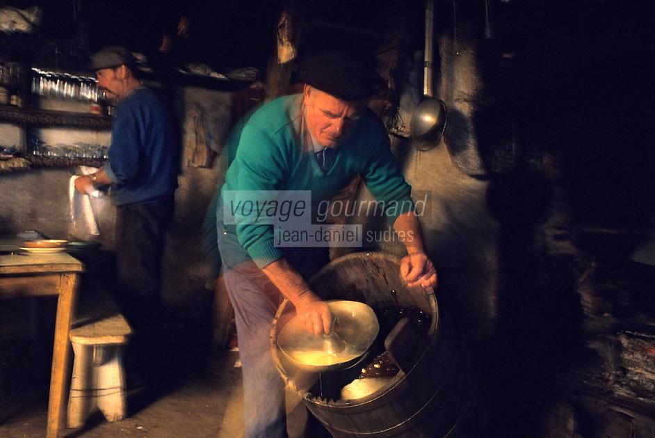 """Europe/France/Auvergne/12/Aveyron: Aubrac: Préparation de la """"Fourme de Laguiole"""" au buron de canut [Non destiné à un usage publicitaire - Not intended for an advertising use] <br /> PHOTO D'ARCHIVES // ARCHIVAL IMAGES<br /> FRANCE 1980"""